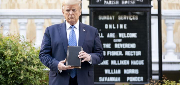 Trump hält Bibel in der Hand
