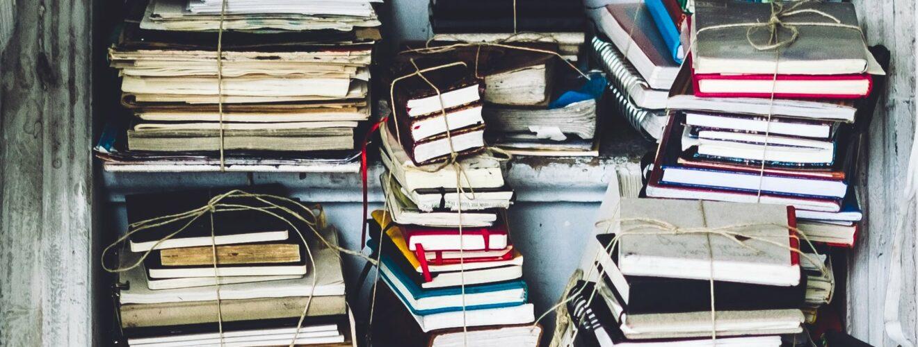 Schrank gefüllt mit Notizbüchern