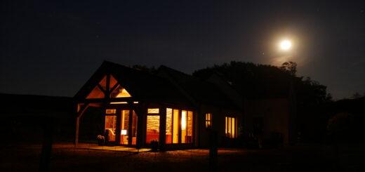 erleuchtetes Haus in der Dunkelheit