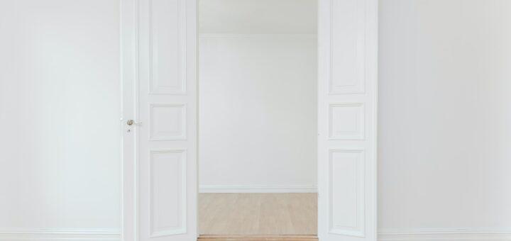 weiße offenen Flügeltür zwischen zwei leeren Räumen