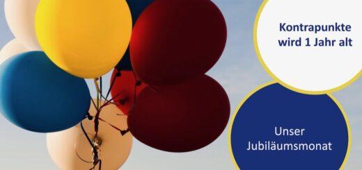 Luftballons vor blauem Himmel mit Schrift zum Jubiläums-Monat