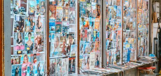 viele bunte Zeitschriften in einer Glasvitrine