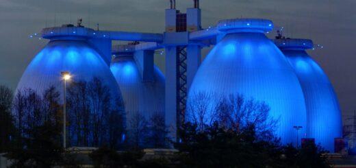Bio_Erdgasanlage mit blauem Licht beleuchtet