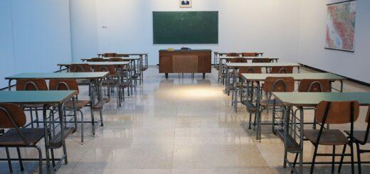 leeres Klassenzimmer mit zwei Stuhlreihen an Tischen