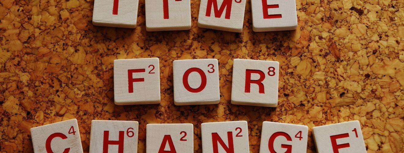 """Scrabble Steine mit dem Schriftzug """"TIME FOR CHANGE"""""""